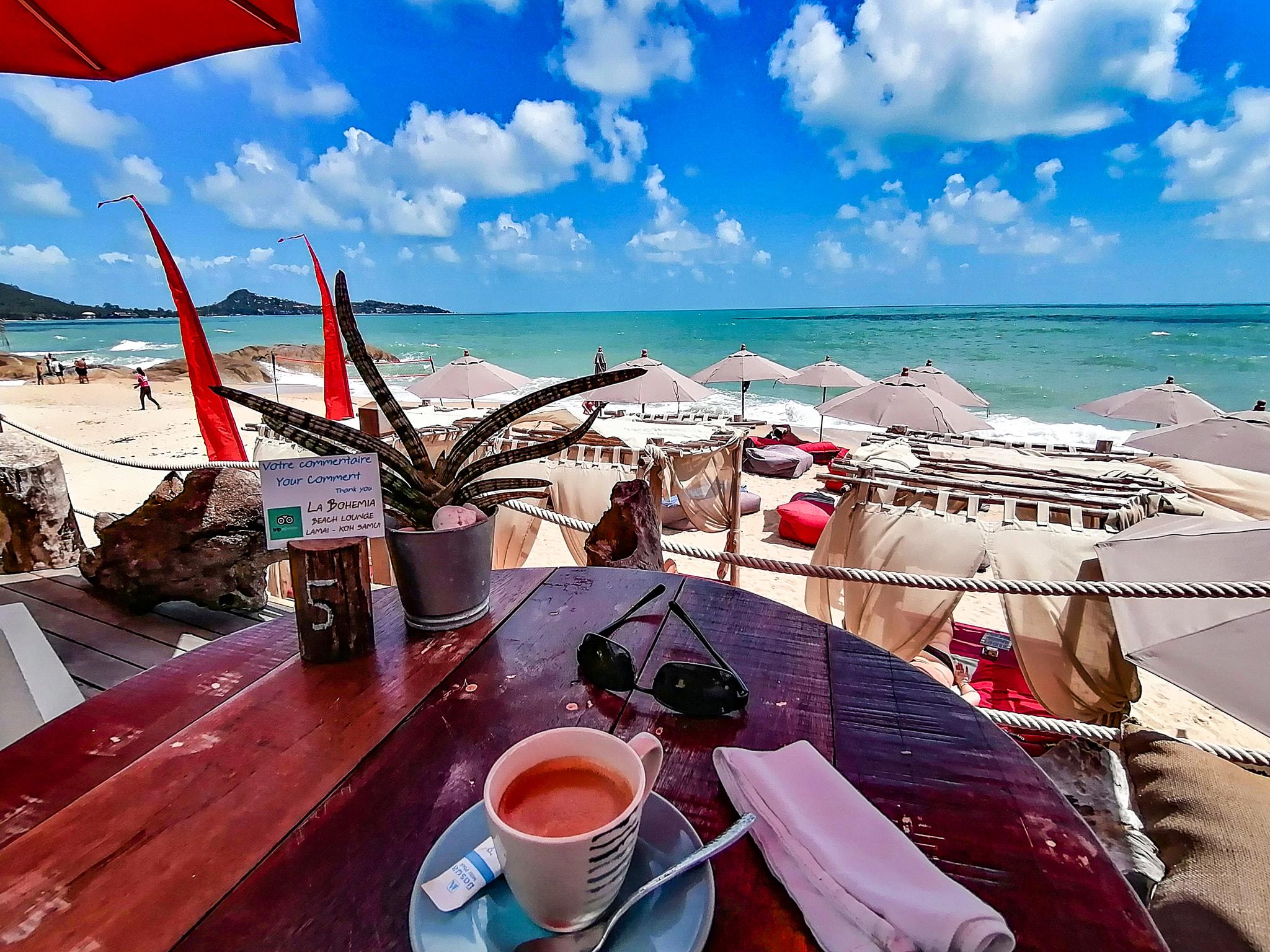 Cafe en terrasse vue mer a la Bohemia Beach Lounge a Koh Samui, Beach Club.