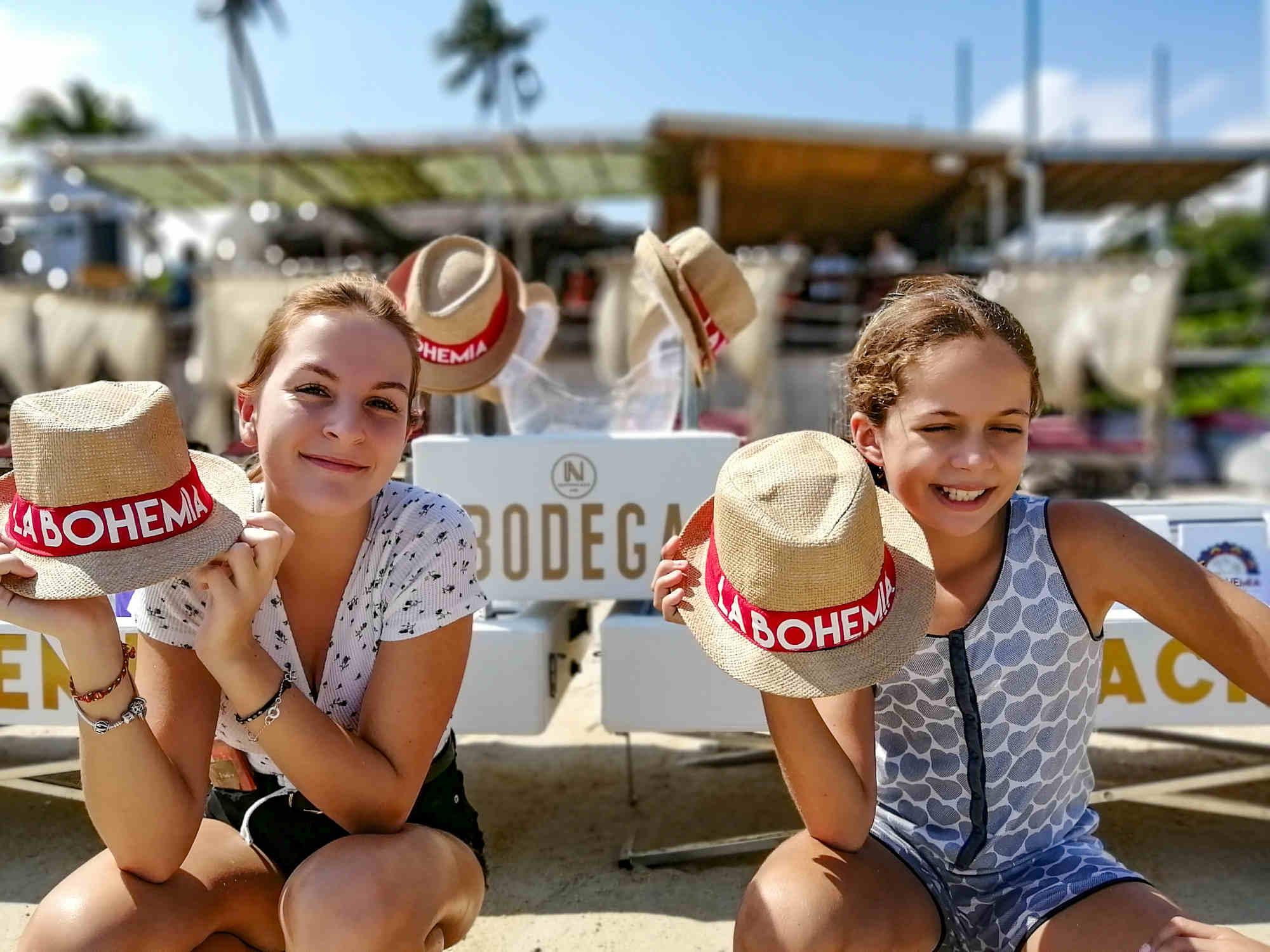 Jeunes visiteurs sur la plage de La Bohemia beach, Beach Club a Koh Samui