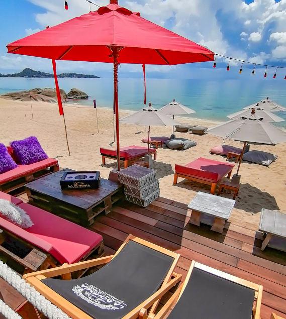 La Bohemia Beach Club avec nouvelle terrasse et plage sur Lamai Beach a Koh Samui.